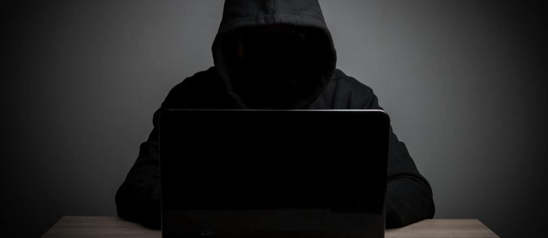 Hacker tentando acessar os dados dos pacientes.