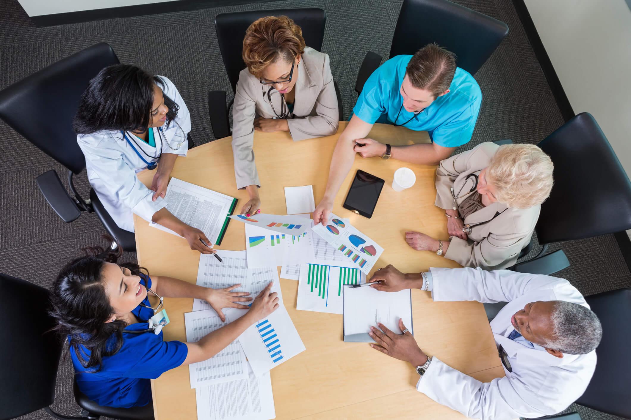 Profissionais analisando um relatório administrativo