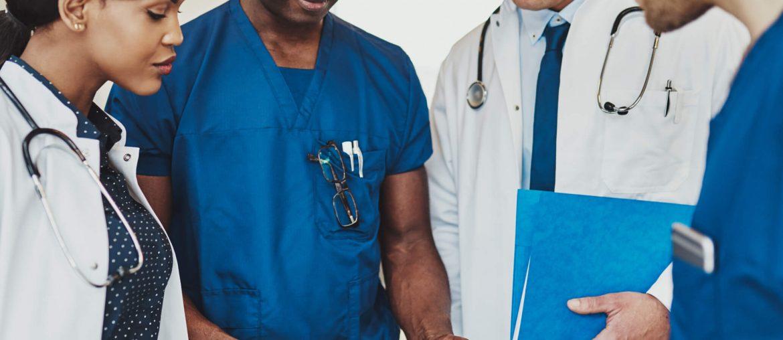 Médicos usando Software para clínica