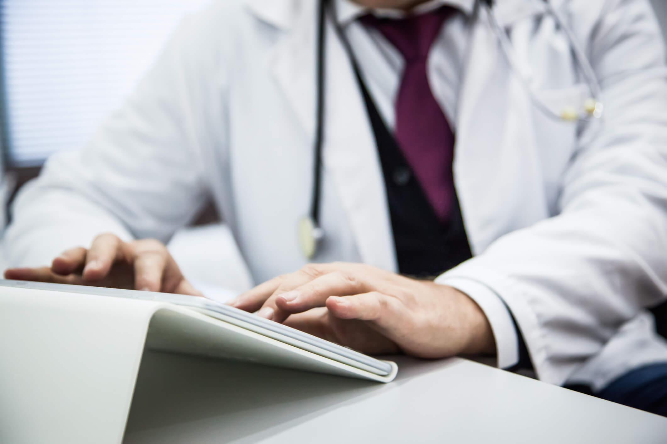 Médico otimizando rotina de trabalho do consultório