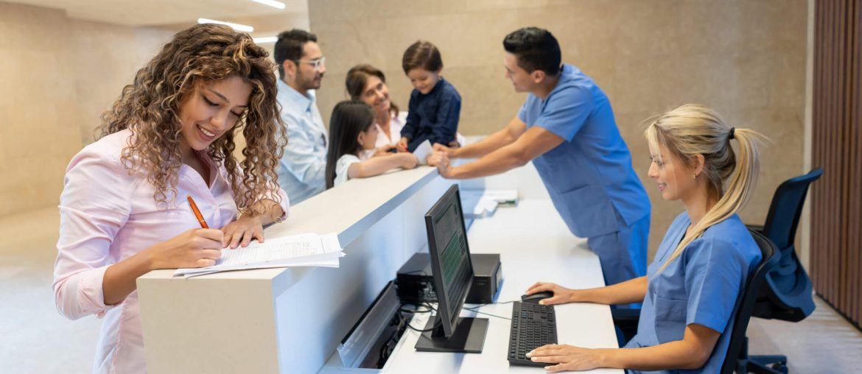 Recepcionista precisando recepção do consultório