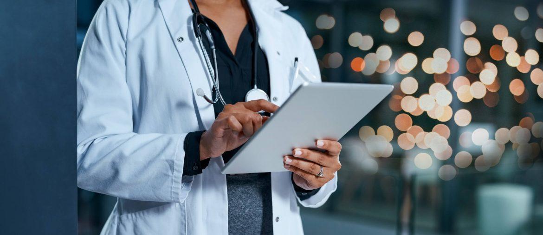 Médica escrevendo e pensando em como sistema na nuvem poderia ajuda-la