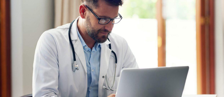 Médico fazendo gestão documental