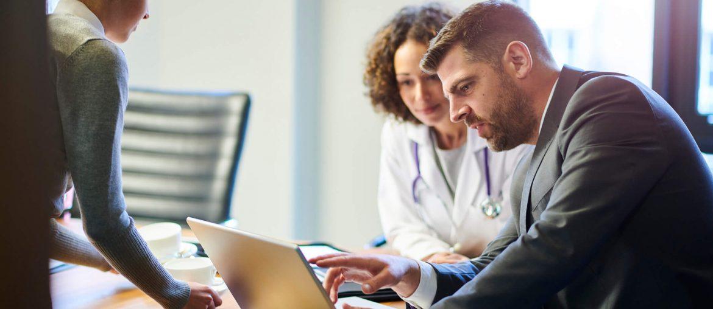 Médica utilizou a internet para atrair mais pacientes e esta fazendo atendimento
