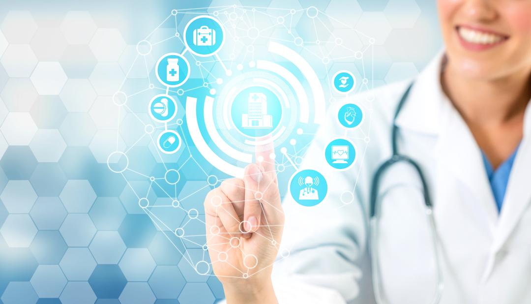 Imagem de médico tocando painel digital