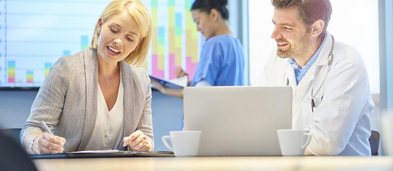 Reunião de médico com especialista em visibilidade online