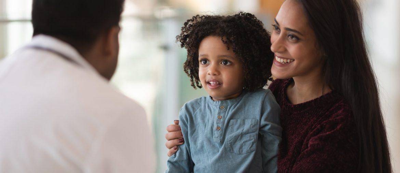 moça com filha tendo boa experiência na clínica médica