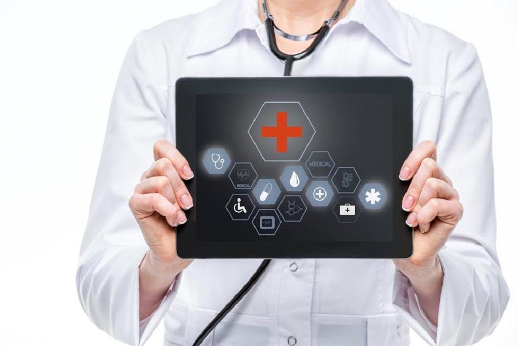 médico segurando Tablet