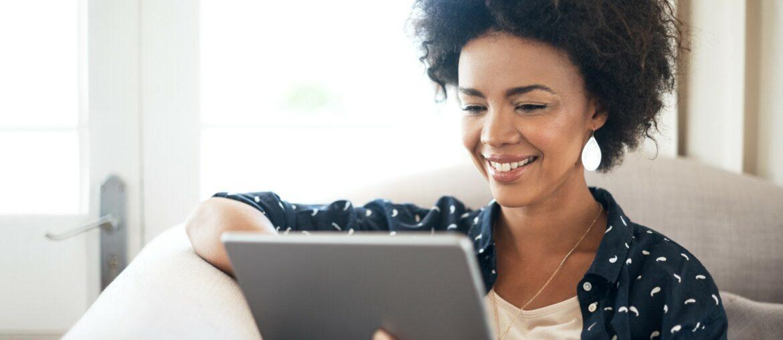 moça morena realizando um agendamento online com tablet