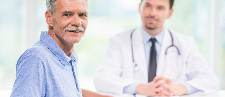profissional da saúde observando paciente - Jornada do paciente